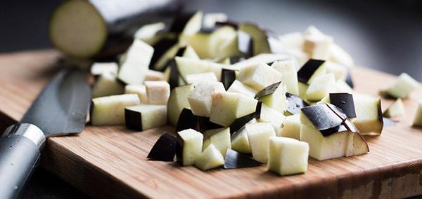 <p>Для жарки нужно брать овощи одного размера, для этого их режут брусочками, кусками, кубиками. Для более быстрого приготовления баклажанов на сковороде, кусочки делают поменьше. Порезанные соломкой синенькие пересыпают солью и оставляют на 10 минут. Затем синенькие промывают и обжаривают на раскаленном масле. Масла этот продукт впитывает много, следите за состоянием обжарки.</p>