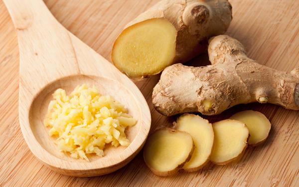 <p>В это время нужно мелко порезать перец, чеснок, имбирь. В приготовлении этой закуски свежий корень можно заменять порошком имбиря, но сушеный корень не даст такого яркого вкуса.</p>