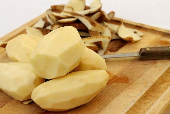 <p>Клубни картофеля необходимо промыть, очистить от скорлупы и режем средними кусками, как на суп.</p>