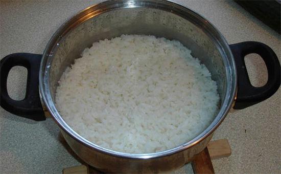 """<p style=""""text-align: justify;"""">Спустя 10 минут выключить плиту. Кастрюлю с крупой не трогать! Она будет пропариваться еще 10 минут. Только такие условия сделают рис идеальным для гарнира. По разным рецептам допускается солить воду в начале варки или в конце.</p>"""