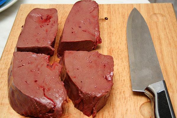 <p>Крупные сосуды, прожилки, лишний жир, желчные протоки также надо удалять, чтобы не испортить вкус и консистенцию готового блюда. Удобнее всего это делать, разрезая мясо острым ножом вдоль сосудов и протоков.</p> <p></p>