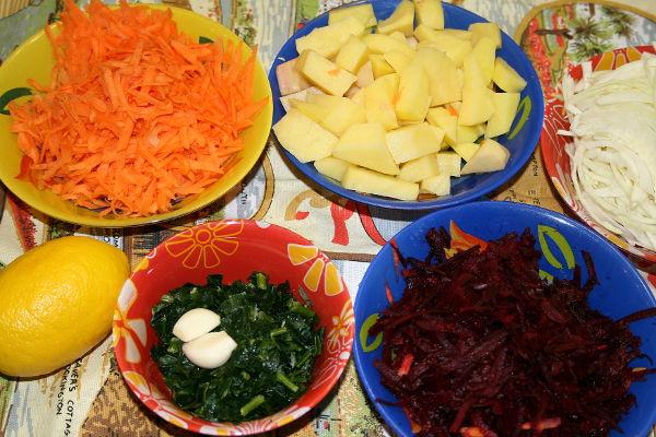 """<p style=""""text-align: justify;"""">Пока варится говяжий бульон, можно заняться овощами.</p> <ul> <li style=""""text-align: justify;"""">нарезаем соломкой предварительно очищенные свеклу, картофель и морковь</li> <li style=""""text-align: justify;"""">удаляем семена из болгарского перца, нарезаем его кольцами</li> <li style=""""text-align: justify;"""">тонко шинкуем капусту</li> <li style=""""text-align: justify;"""">лук нарезаем кубиками</li> </ul>"""