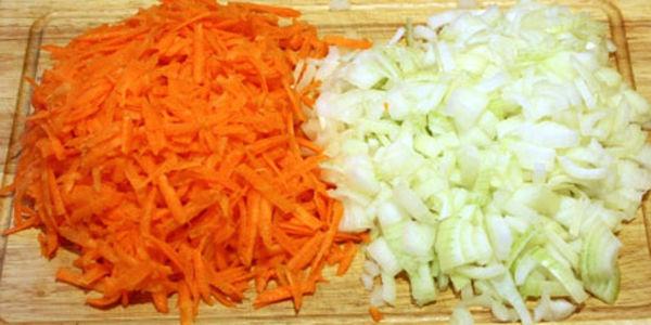 <p>Приступаем к непосредственному процессу приготовления блюда. Мясо нарезаем на полоски толщиной около полутора сантиметров. Очищаем лук, нарезаем его крупными кольцами, шинкуем морковь.</p>