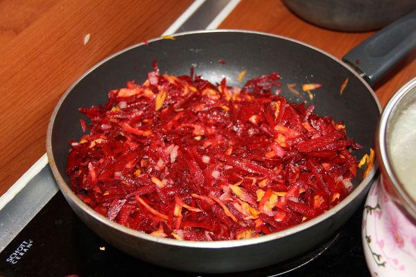 """<p style=""""text-align: justify;"""">Займёмся зажаркой для борща. Разогреваем сковороду, выкладываем туда измельчённые морковь и лук. Их следует пассировать около 6-7 минут на малом огне. Не забывайте помешивать зажарку! Свеклу нужно поместить на отдельную сковороду и тушить 7-8 минут, добавив немного свежевыжатого лимонного сока. Затем соединяем овощи, смешав их с томатной пастой. Вместо томатной пасты можно использовать слегка размятые вилкой свежие помидоры, тушённые на сковороде вместе с луком и морковью.</p>"""