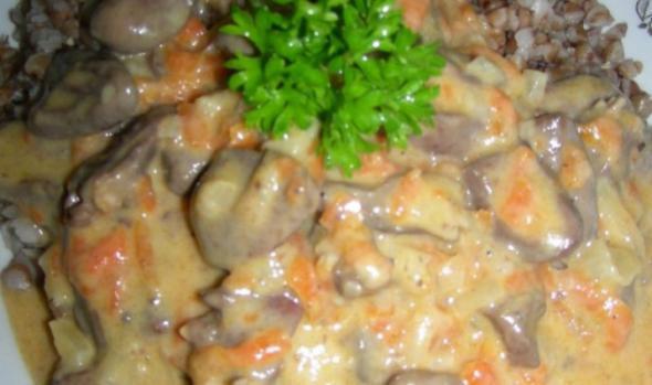 <p>Готовое блюдо подавайте с подливкой, по желанию, его можно украсить веточками петрушки. Лучшим гарниром к этому мясу будет картофельное пюре, но оно также прекрасно сочетается с гречкой, макаронными изделиями, бобовыми или грибами.</p>