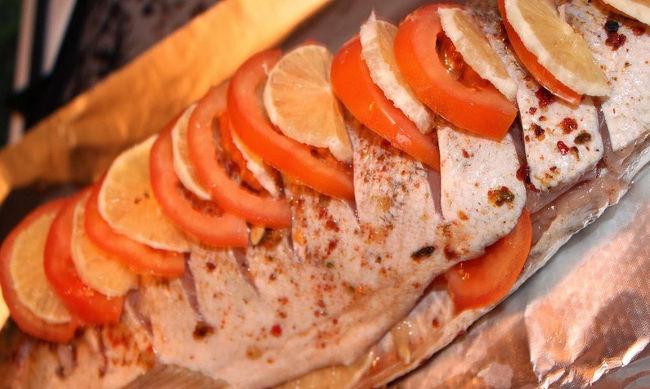 <p>На противень расстелить фольгу, выложить на нее тушку рыбы с овощами. Из лимона выжать сок, смешать в миске с горчицей и маслом. Аккуратно смазать филе полученным соусом. Сверху присыпать оставшимся луком. По желанию можно положить зелень, которую вы любите. На фото ниже представлены варианты украшения блюда.</p>