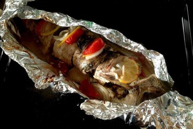 <p>Поместить противень в нагретый до 200 градусов духовой шкаф. Время приготовления зависит от размера рыбы. В среднем оно составляет 20-30 минут. Чтобы образовалась румяная корочка нужно за несколько минут до готовности раскрыть фольгу.</p> <p>Все, кушанье готово. Вынимаем из духовки. Даем отдохнуть несколько минут. Затем нужно осторожно убрать фольгу и подать судака к столу, дополнив гарниром или салатом. Божественный аромат!</p>