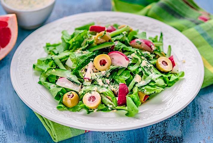 салат с фаршированными оливками и редисом